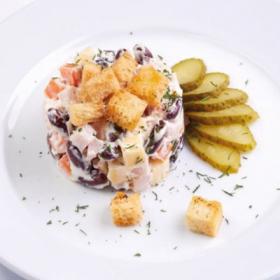 Салат с сыром, красной фасолью и гренками