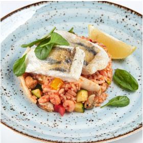 Судак с морепродуктами в овощном соусе