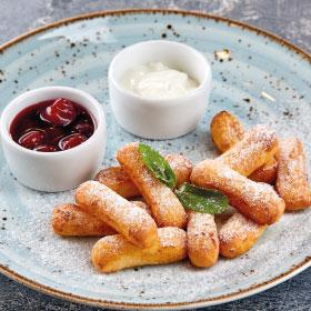Сырники со сметаной и вишневым вареньем